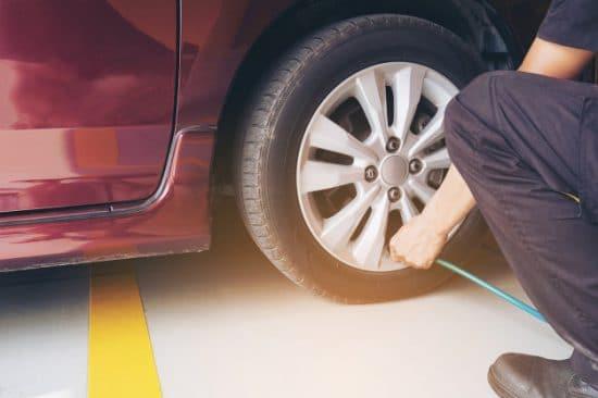 Bien gonfler ses pneus pour économiser du carburant